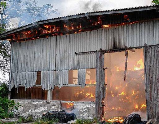 Behrendorf, Mai 2016: Insgesamt 75 Kameraden rückten zu einem Scheunenbrand aus. Die Polizei geht von Brandstiftung aus.