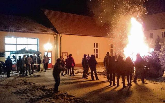Zischende Tannen und Schnee auf dem Pflaster: Das erste Treffen im neuen Jahr birgt einen gewissen Zauber, den so manch' Behrendorfer sich nicht entgehen lassen wollte. Fotos: Hoppe/privat