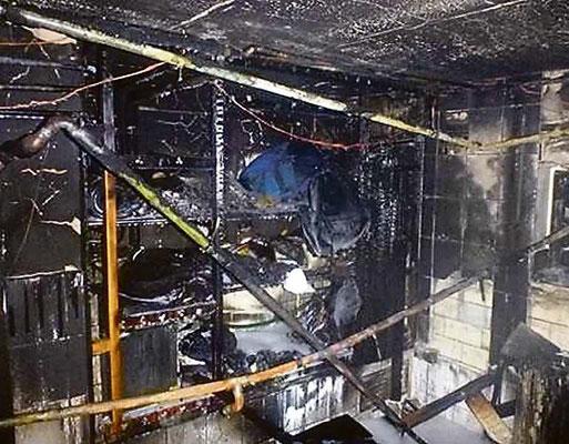 Was blieb, sind völlig verrußte Räume im Keller. Das Gebäude ist laut Polizeiangaben vorerst nicht bewohnbar.