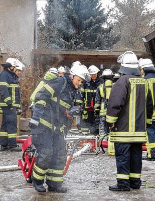 Die Kameraden löschten den Brand mit Wasser und Netzwasser, einem Schaum-Wasser-Gemisch. Fotos: Hoppe/Feuerwehr