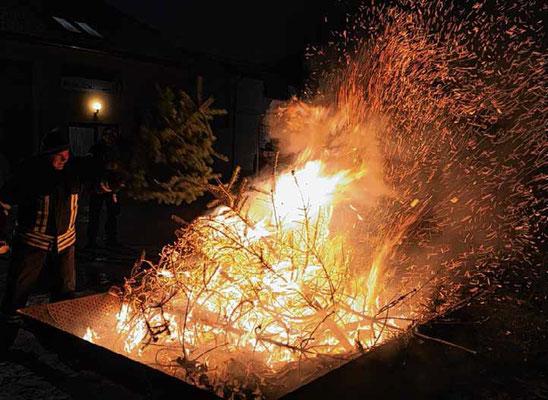 Baum für Baum warf Feuerwehrkamerad Heiko Lier am Sonnabend in die übergroße Werbener Feuerschale.