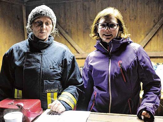 Glühwein mit oder ohne Schuss? Jessika Naundorf (links) und Julia Ritter beköstigten die Gäste beim Werbener Baumverbrennen.