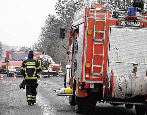 Die insgesamt 53 Feuerwehrleute eilten mit 13 Fahrzeugen zum Einsatzort in der Goldbecker Feldstraße.