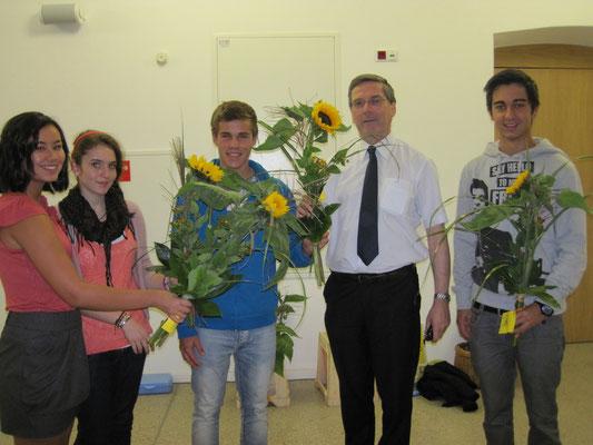 Weltlehrertag am 5. Oktober 2011: Übergabe von Blumen an alle Professorinnen und Professoren (gesponsert vom Elternverein)