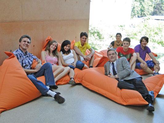 Sitzsäcke für die Pausenräume: am 25. Mai 2011 mit Direktor Mag. Sailer und Schulsprecherin Julia Wittmer