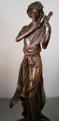 """Bronzen beeld """"Vrouw met muziekinstrument""""   Van: 125,= euro   Nu te koop voor: 95,= euro"""