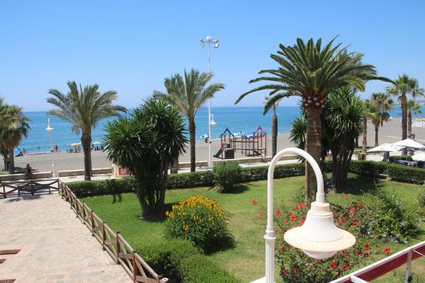 Ausblick auf Strand und Promenade von Algarrobo Costa