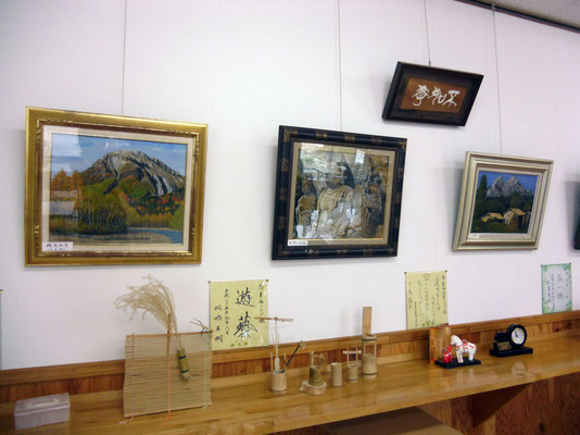 壁面は、ミニギャラリーになっています。素敵な絵や作品が飾ってあります。