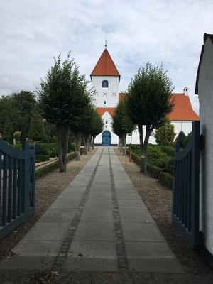 Im Ort. Diese süßen kleinen Kirchen findet man hier oft. Hab mich dort ein wenig auf eine Parkbank gesetzt :-) Tat gut :-)
