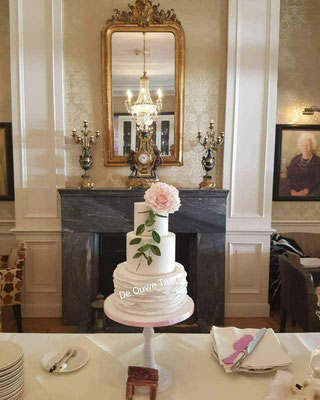 Klassieke bruidstaart met pioenrozen 3 laags bruidstaart