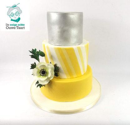 Klassieke strakke bruidstaart citroen geel