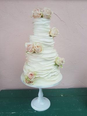 Rustieke bruidstaart met echte rozen