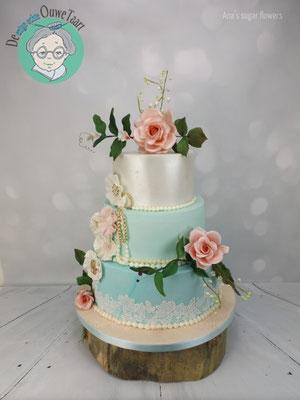 Klassieke vintage bruidstaart met lace en suiker rozen