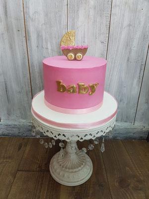 Strakke babyshower taart met wagen