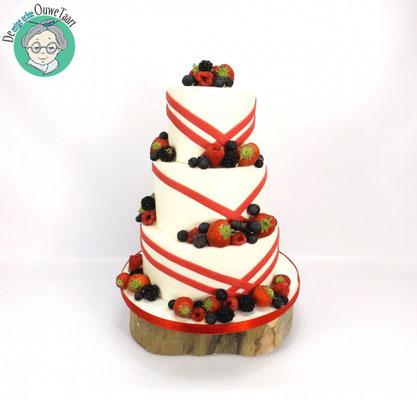 Bruidstaart fondant, met strakke rode lijnen en vers fruit