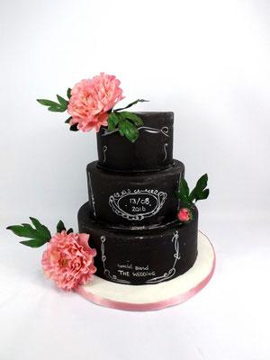 Chalkboard wedding cake, krijtbord bruidstaart met suikerpasta roze