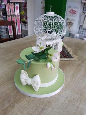 Strakke vintage groene taart met bloemen