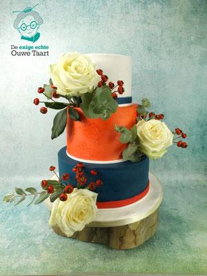 Royal blue bruidstaart met echt bloemen