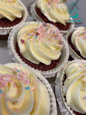 Redvelvet cupcakes met  creamcheese frosting #redvelvet #cupcakes
