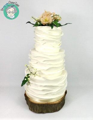 Klassieke ruffel bruidstaart met suikerbloemen
