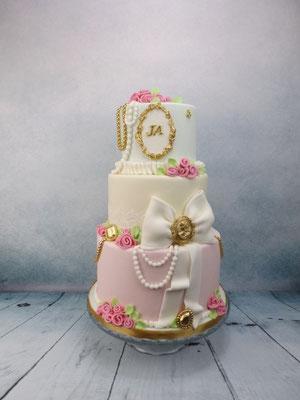 Klassieke vintage bruidstaart met lace en suiker rozen, Marie Antoinette Bruidstaart