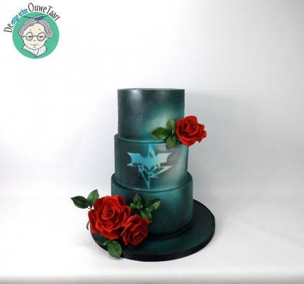 Gotic bruidtaart met bloed rode rozen (ontwerp van bruidspaar)