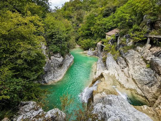 Grüne Fluss mit Wasserfall im Nationalpark. Erlebe Deinen exklusiven Urlaub in Kroatien! In Deiner Reiserei, Reisebüro in Berlin & Brandenburg