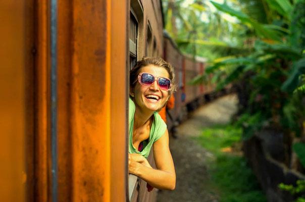 Frau im Zug in Sri Lanka