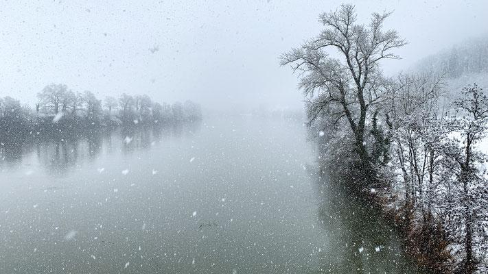 Blick von der Hochrheinbrücke auf den winterlichen Rhein. Laufenburg, 14.01.2021. (Foto PC)