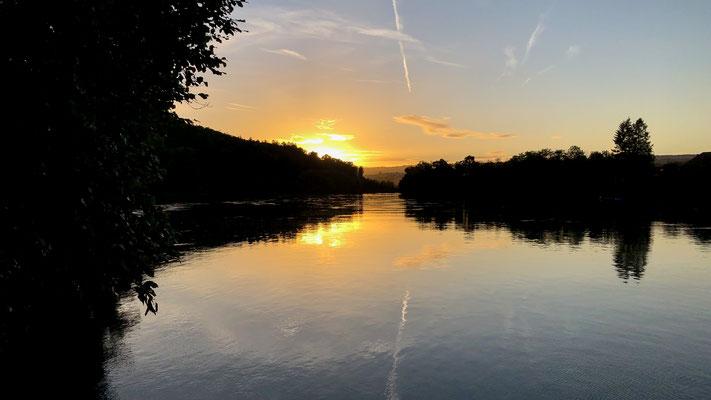 Sonnenuntergang fotografiert von der Schiffsanlegestelle Rheinsulz. (Foto PC)