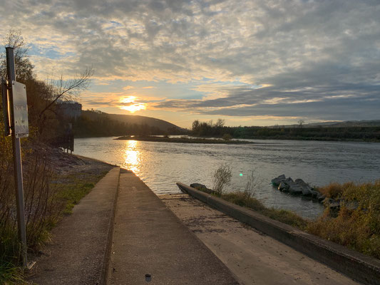 Blick von der Bootsrampe beim Stauwehr Albbruck-Dogern bei Leibstadt. Die Tafel links vorne im Bild bezeichnet den Beginn der Schonstrecke beim Stauwehr Albbruck-Dogern. (Foto PC)