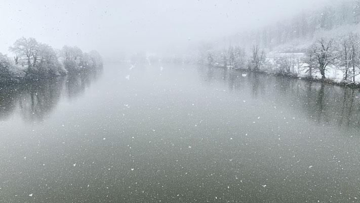 Schneetreiben über dem Rhein - Hochrheinbrücke, Laufenburg, 14.01.2021. (Foto PC)