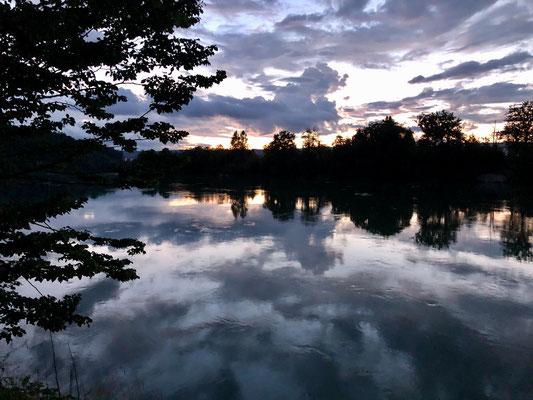 Abendliche Lichtspiele am Himmel und im Wasser. (Foto PC)
