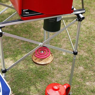 キャンプ用のテーブルのフレームにも引っ掛けて使えます。