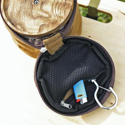 別売りのケースです。内側のポケットにフックとライターを入れてしまっておけます。