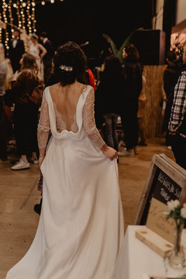 robe de mariée dos V nus, dentelle et drapé de crêpe