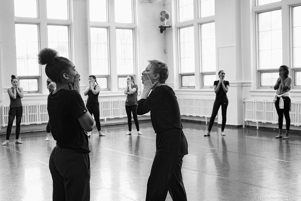 Photo lors d'atelier de danse; The School of Dance, Ottawa; Festival de danse francophone en milieu scolaire; 2018; client: MASC; photo prise sur le vif, éclairage mixe (naturel et tungstène); rôle: photographe du festival et travail postproduction.