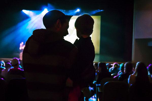 Photo d'événement; École secondaire publique De La Salle, Ottawa; Festival de danse francophone en milieu scolaire; 2018; client: MASC; photo prise sur le vif, contre-jour éclairage de scène; rôle: photographe du festival et travail postproduction.