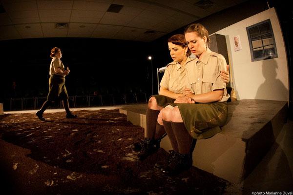 Lissa Léger, Josianne Lavoie, Frédérique Thérien - DU POIL AUX PATTES COMME LES CWAC`S - Théâtre La Barouette - 2014 - photo: Marianne Duval