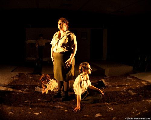 Josianne Lavoie, Lissa Léger, Frédérique Thérien - DU POIL AUX PATTES COMME LES CWAC`S - Théâtre La Barouette - 2014 - photo: Marianne Duval