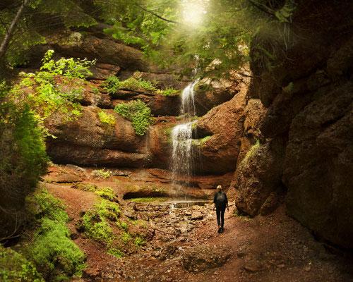 Photo de paysage avec interaction humaine;  La Grotte, Percé, Québec; 2015; photo voyage personnel; rôle: photographie, travail postproduction.