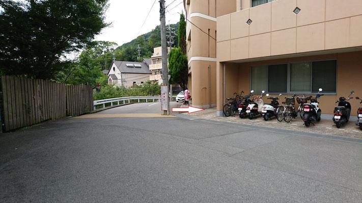 児童棟と診療所の間の細い通路を入る