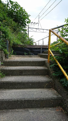 上がったら右に山崎幼稚園の看板があります