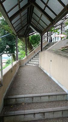 階段を上がったら右へ行きます