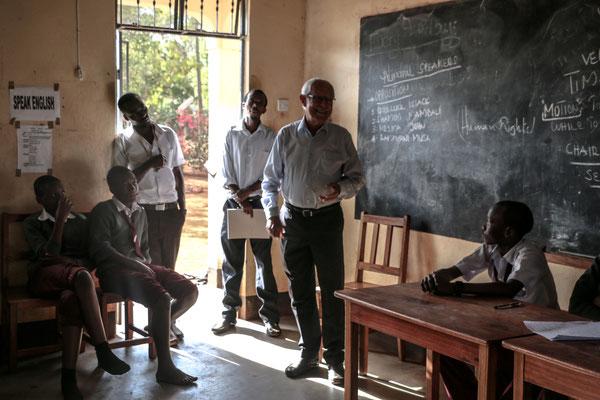 Dr. Karl-Heinz Köhler erklärt Änderungen und Verbesserungen im Schulalltag