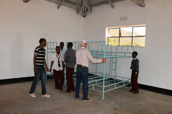 Betten und Möbel sind in Tansania vergleichsweise teuer: Bei einer wachsenden Schule also eine ständig zu stopfendes Finanzloch!