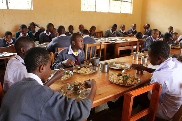 Vor und nach der Schule ist der Hunger groß: Schüler_innen der OWSK beim Mittagessen.