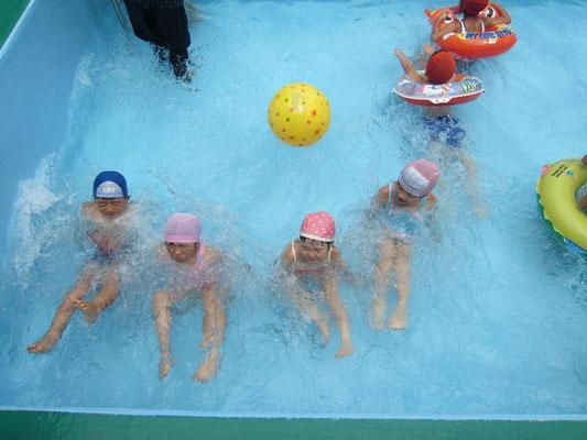 5歳児のエビ泳ぎ。水中に座ると水も顔すれすれ…誰が速いかな~
