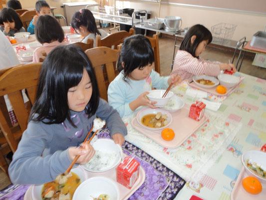 学校のランチルームで給食体験