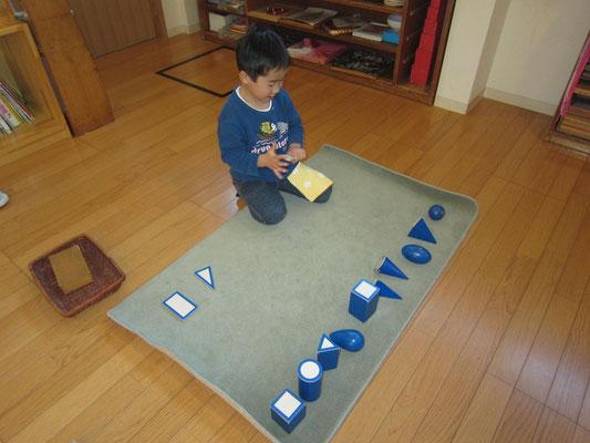 「幾何立体」丸、四角、三角等のベース(木の板)を合わせてみるよ